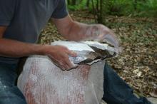 Fabrication d'une hache en silex, le débitage du bloc