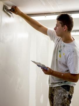 Démonstration de peinture, par un compagnon du bâtiment