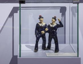 Figurines de marins en faïence, réalisées par Jim Sévellec et ayant appartenu à Pierre Mac Orlan.