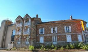 Le musée vu de l'avenue de La Ferté-sous-Jouarre par temps ensoleillé