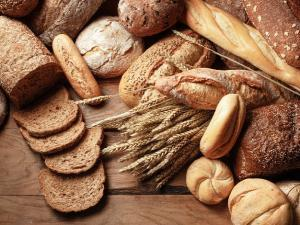 photo de pains variés, avec des épis de blé