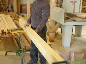 Démonstration du métier de charpentier par un compagnon