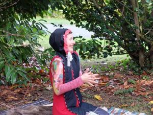 Vanda Benes, comédienne lors d'un spectacle en extérieur