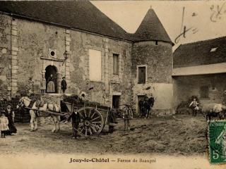 Carte postale ancienne représentant la cour d'une ferme à Jouy-le-Chatel en Seine-et-Marne