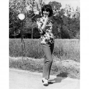 Photographie en noir et blanc de Juliette Gréco à Saint Cyr-sur-Morin dans les années 1960