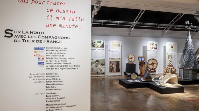 """Entrée de l'exposition """"Sur la route... devenir Compagnon du Tour de France"""""""