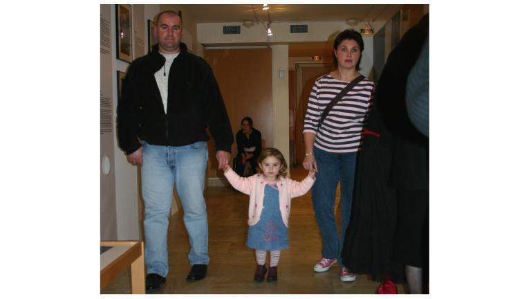 """Un couple avec une petite fille, au MDSM, à l'occasion du vernissage de l'exposition """"Mac Orlan... des mots... des photos"""" en 2005."""