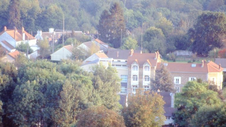 Le musée vu depuis Les Armenats, hameau situé sur le coteau faisant face au musée