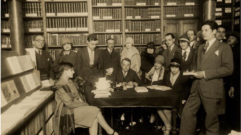 Pierre Mac Orlan lors d'une séance de signature à la librairie Flammarion
