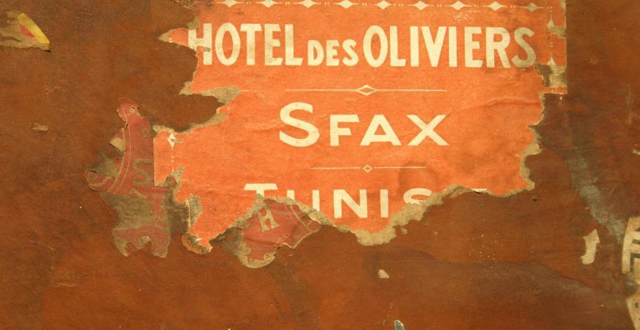 Etiquettes de voyages collées sur une malle de voyage de Pierre Mac Orlan